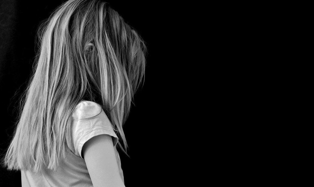 Droevig meisje op zwarte achtergrond